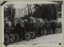 Uczniowie z rowerami podczas obchodów Tygodnia Szkół Powszechnych w Białej Podlaskiej [fotografia]