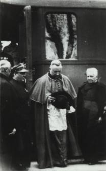 Ks. Stanisław Tuz proboszcz parafii św. Anny w Białej Podlaskiej wita biskupa na dworcu [fotografia]