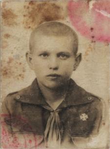Adolf Mironiuk mieszkaniec Białej Podlaskiej jako uczeńszkoły podstawowej w mundurku harcerskim [fotografia]
