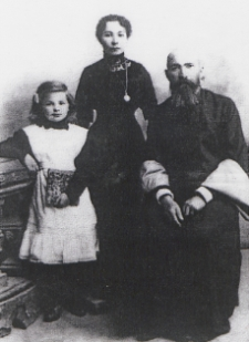 Imam Maciej Bajrulewicz z żoną Elmirą oraz bratanicą [fotografia]