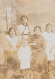 Tatarska rodzina Bajrulewiczów ze Studzianki [fotografia]