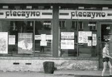 Plakaty i ulotki wyborcze w oknach sklepu przy Al. Tysiąclecia w Białej Podlaskiej [dokument ikonograficzny]