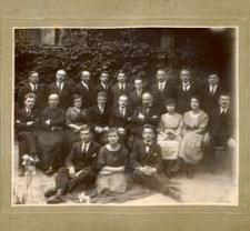 Grupa uczniów i nauczycieli Gimnazjum im. J. I. Kraszewskiego w Białej Podlaskiej przed budynkiem szkolnym