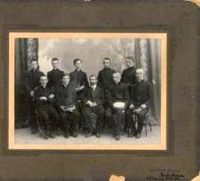 Grupa uczniów Gimnazjum im. J. I. Kraszewskiego w Białej Podlaskiej z nauczycielem