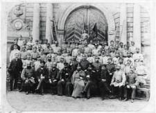 Carska Straż Ogniowa i władze miejskie w Białej Podlaskiej przed Bramą Radziwiłłowską w parku