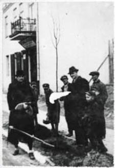 Nauczyciele i uczniowie Szkoły Podstawowej nr 3 w Białej Podlaskiej sadzą drzewka przy ul. Łomaskiej