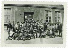 Harcerze 3 Bialskiej Drużyny Harcerskiej przed budynkiem Szkoły Podstawowej nr 3 w Białej Podlaskiej