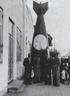 Święto Ligi Obrony Powietrznej i Przeciwgazowej w Białej Podlaskiej - makieta bomby na ul. Brzeskiej