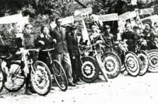 Korowód rowerzystów - uczniów Szkoły Powszechnej nr 3 w Białej Podlaskiej zorganizowany w ramach obchodów Tygodnia Szkół Powszechnych