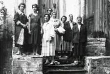 Wycieczka krajoznawcza bibliotekarzy po terenie pow. Biała Podlaska - przed kaplicą Mierzejewskich w Neplach