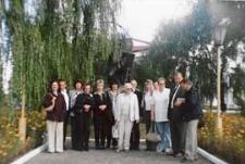 """Seminarium polsko-białoruskie bibliotekarzy """"Bug nie dzieli"""" (Brześć - Iwanowo ; 16-18 września 2004) - delegacja z Białej i Brześcia przed pomnikiem Naopleona Ordy w Iwanowie"""